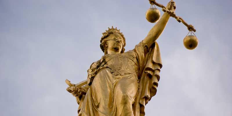 photo d'une statue une balance dans la main représentant la justice