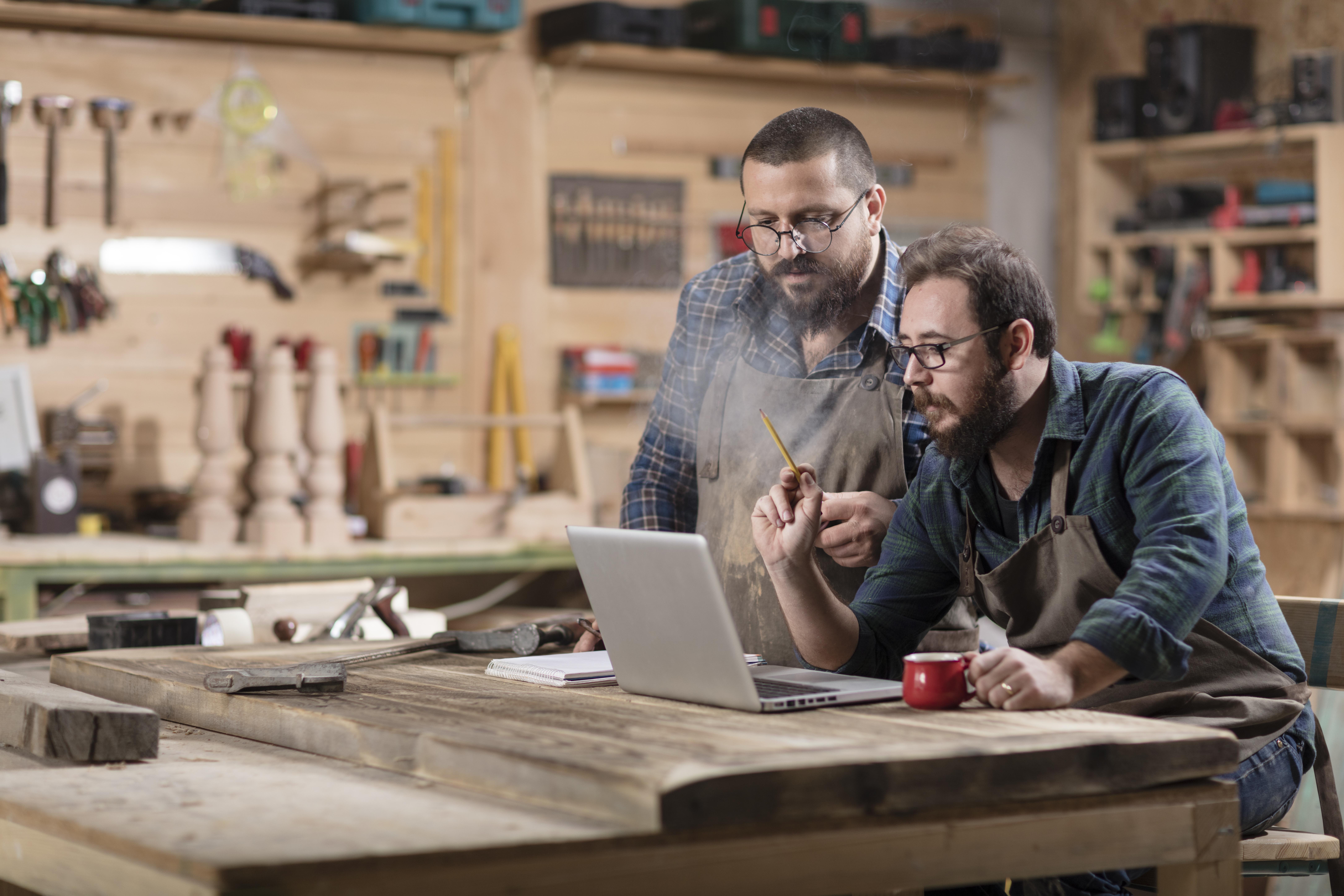 photo de deux artisans entrain de travailler sur un projet