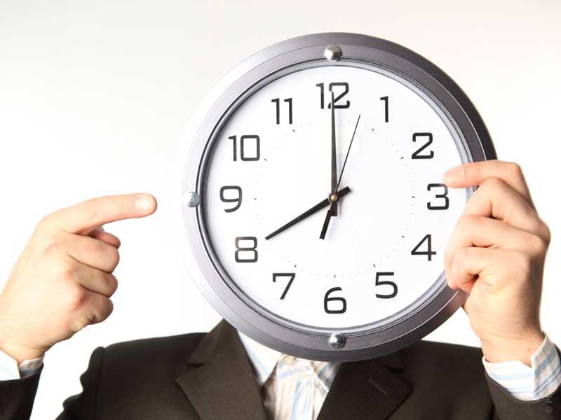 illustration d'un homme qui montre le temps qui passe pour représenter le délais de paiement