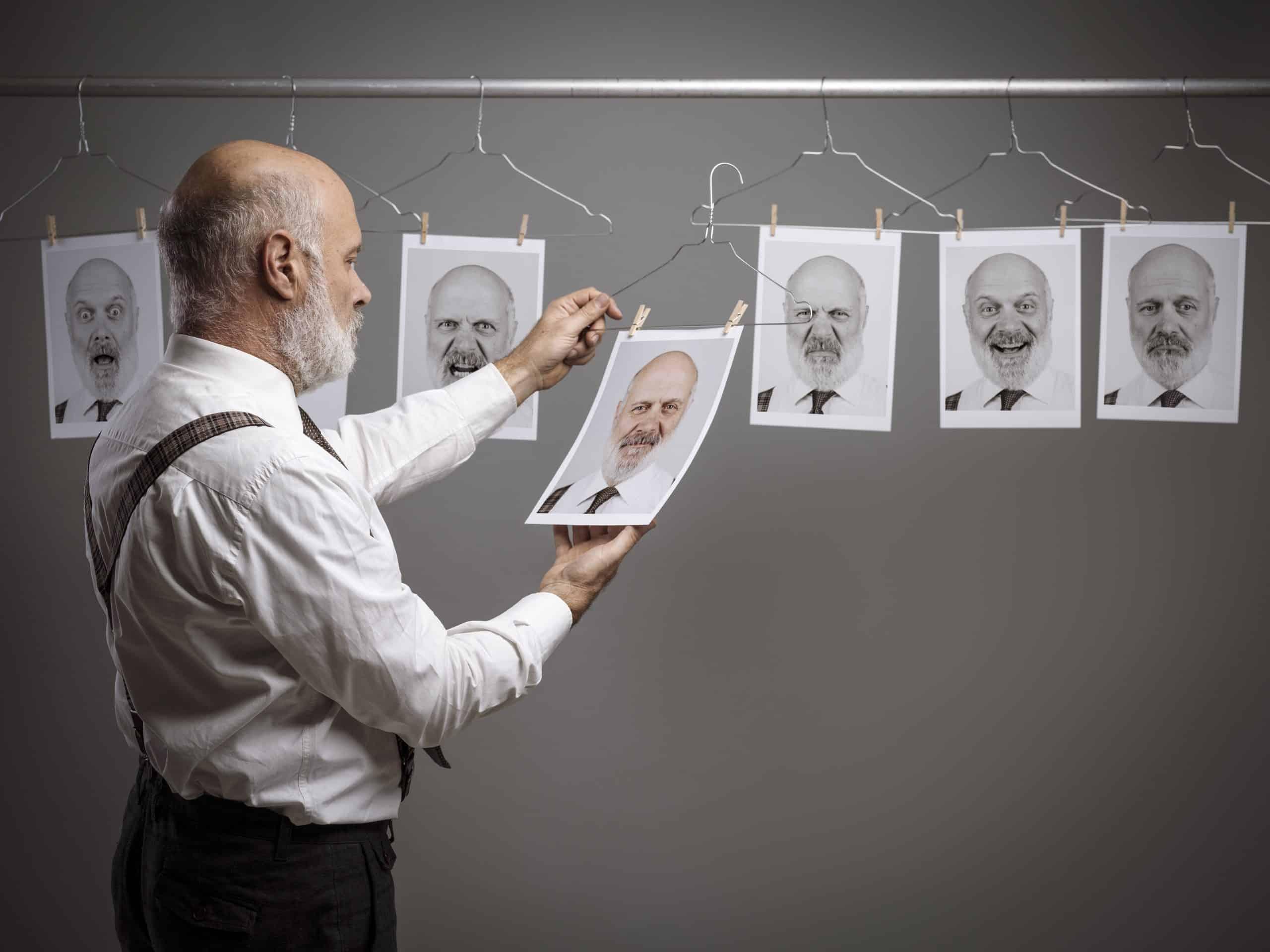 photo d'une personne choisissant une photo parmi d'autre représentant la sélection d'un profil de débiteur
