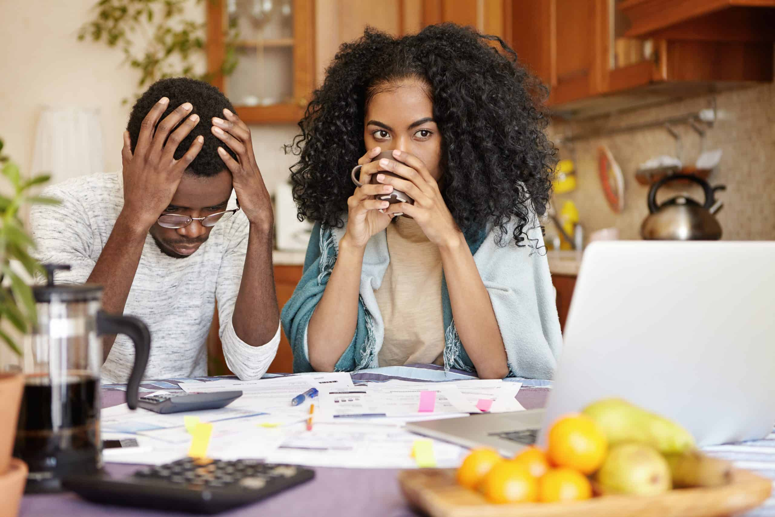 photo de deux jeunes entre entrepreneurs qui ont des soucis avec leurs comptabilité notamment avec un soucis d'impayé