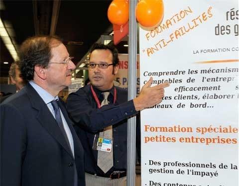 photo d'un stand où Pascal Abel montre quelque chose à Hervé Novelli