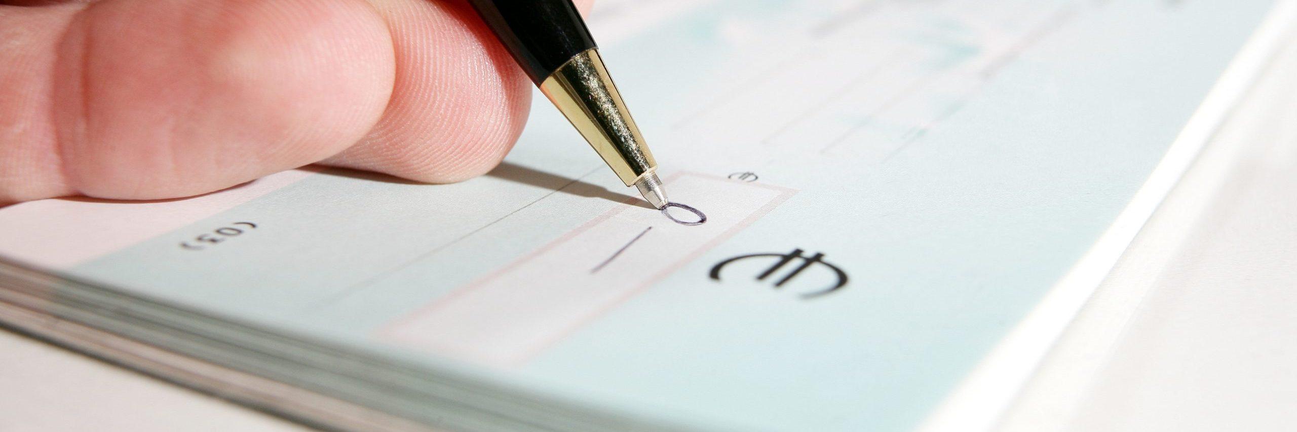 Carnet de Chèque et stylo représentant les chèques en blanc
